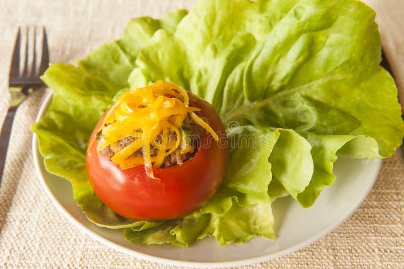 Tomate bourrée complétée avec du fromage de cheddar photo stock