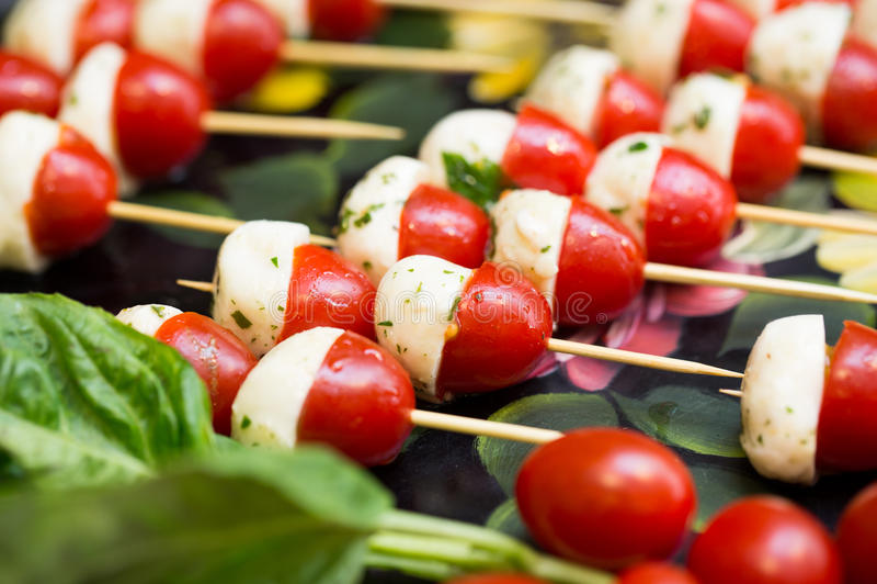 Tomate Caprese-Aufsteckspindeln lizenzfreie stockbilder