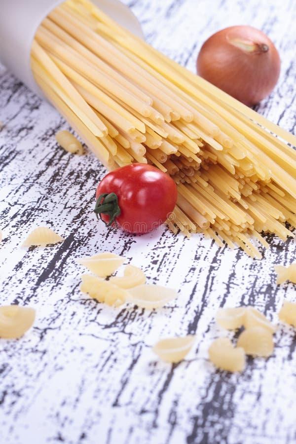 Download Tomate, cebola e espaguete imagem de stock. Imagem de vermelho - 26505347