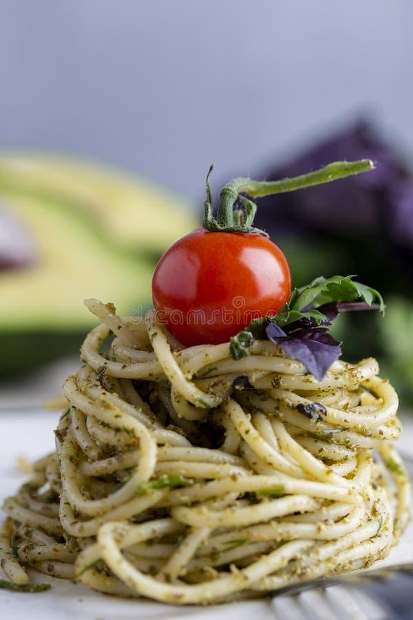 Tomate-cerise aux pâtes avec le pesto Fin vers le haut photo stock