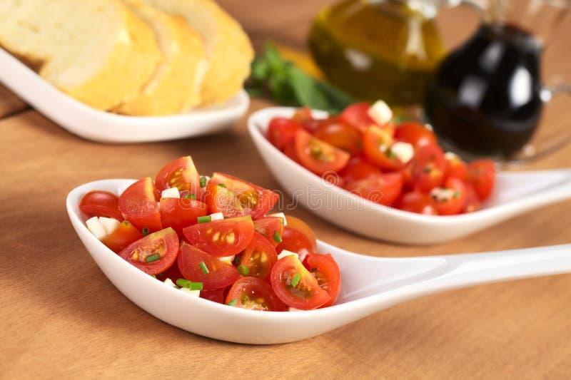 Tomate-cerise avec du fromage et la ciboulette images libres de droits
