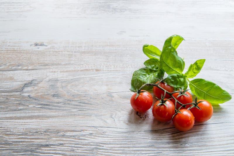 Tomate-cerise et basilic image stock