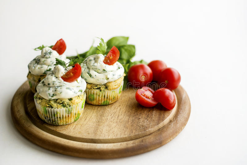 Tomate-cerise sur un fond minimalistic blanc simple image stock