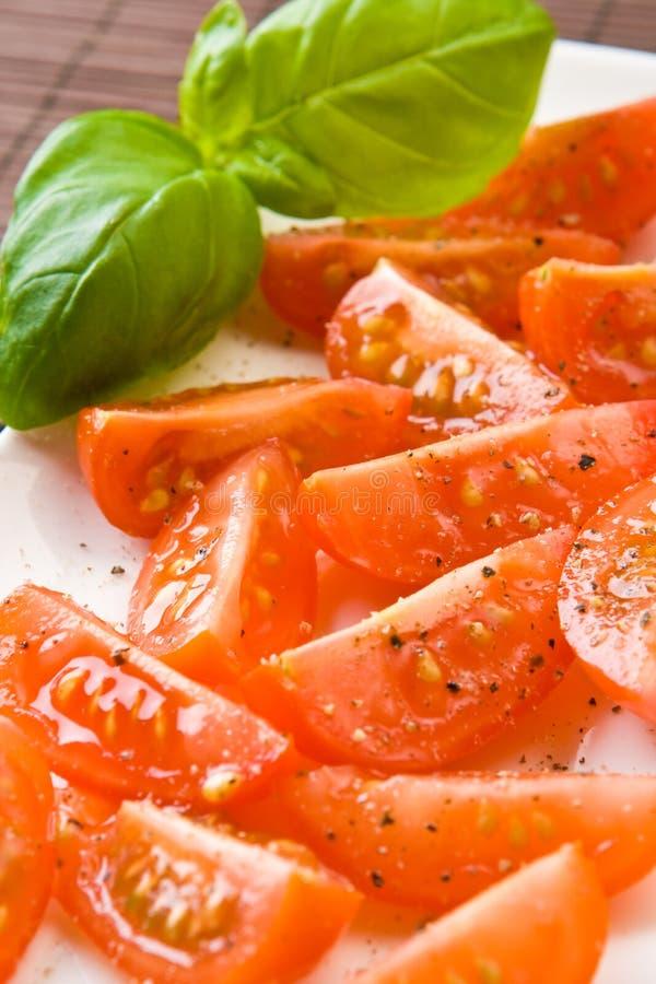 tomate coupée en tranches par plaque photos stock