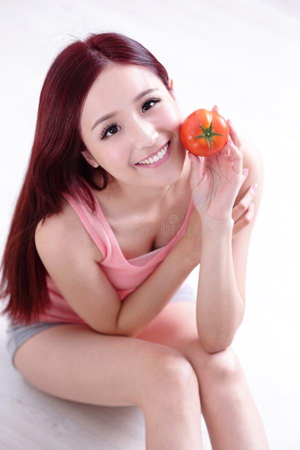 Tomate d'exposition de fille de santé photographie stock libre de droits