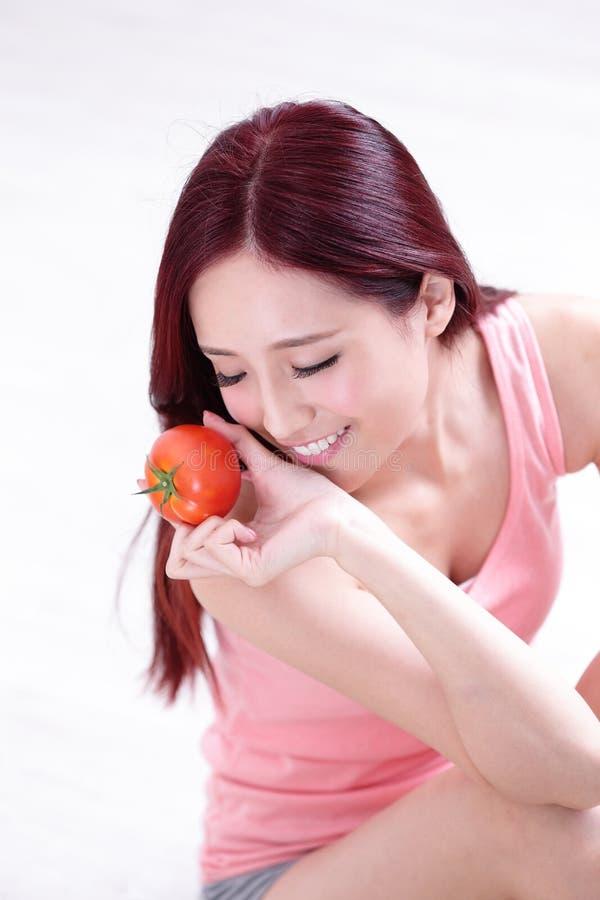 Tomate d'exposition de fille de santé photos stock