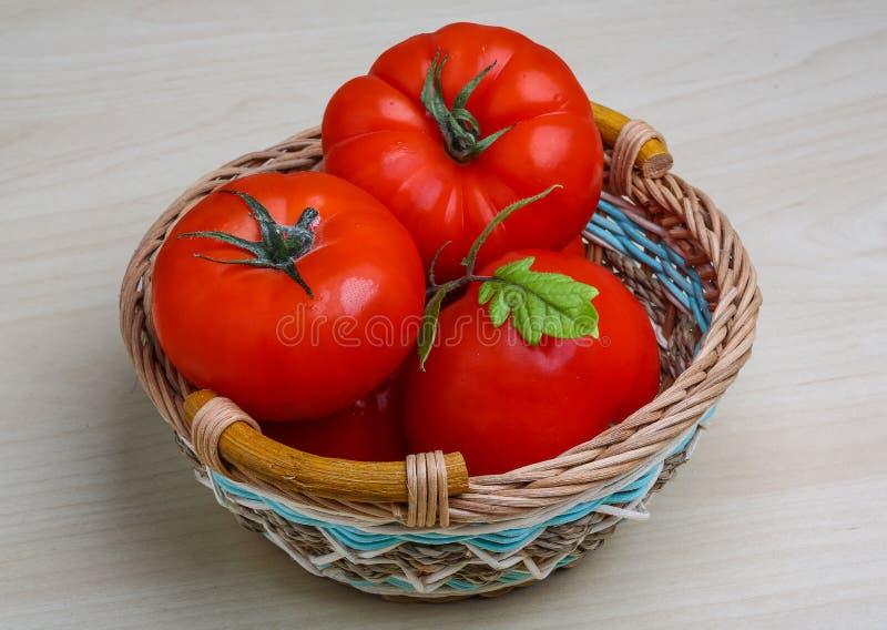 Tomate dans le panier photo stock