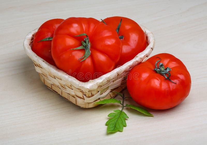 Tomate dans le panier images stock
