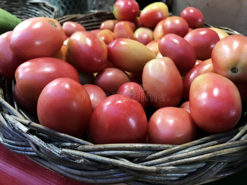 Tomate de Asia en cestas de mimbre en el mercado foto de archivo libre de regalías