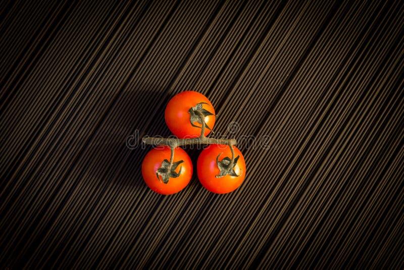 Tomate de cereza y pastas negras crudas fotografía de archivo