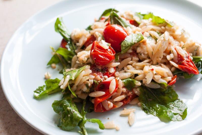 Tomate de jardin et salade fraîches d'orzo image libre de droits