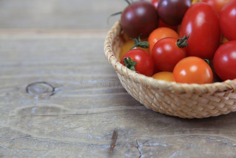 Tomate de la uva en una cesta foto de archivo