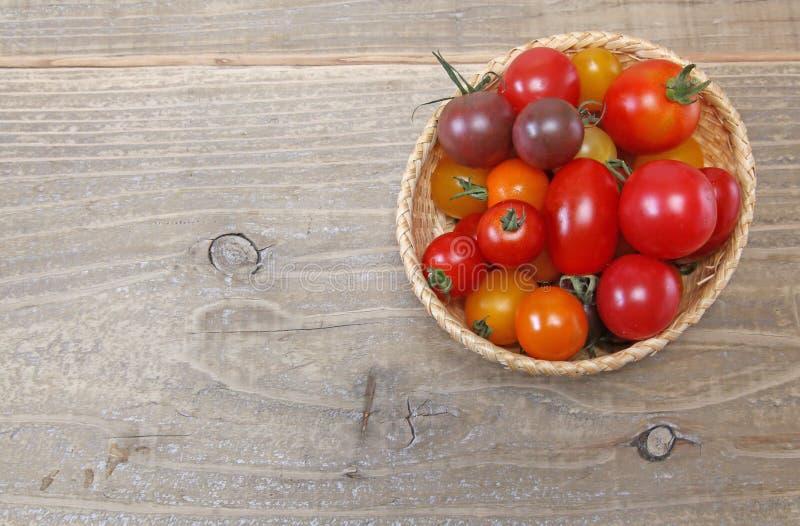 Tomate de raisin dans un panier photo stock