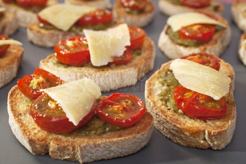 Tomate e brindes Bruschetta Crostini de Pesto fotografia de stock