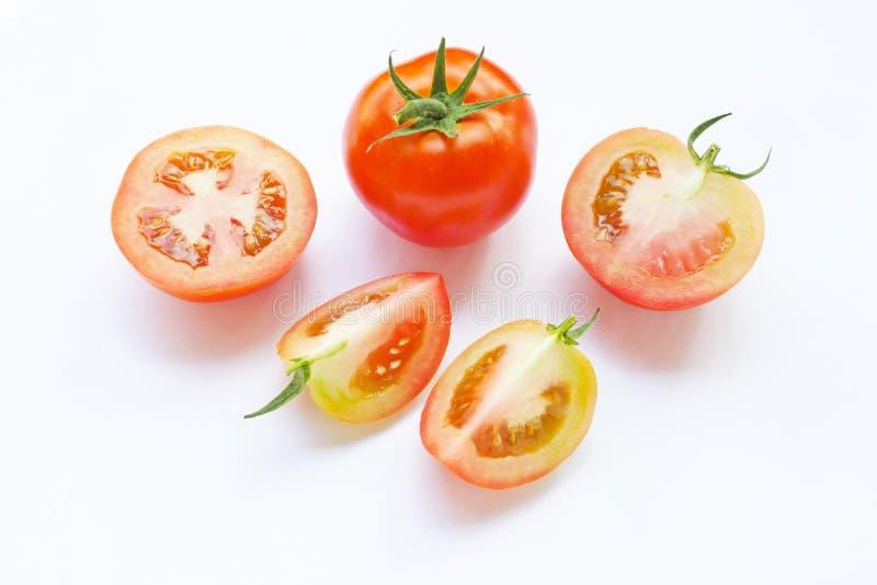 Tomate e partes de tomate fresco isolados no branco foto de stock royalty free