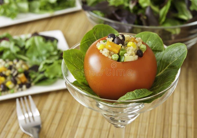 Tomate enchido com salada do Quinoa imagens de stock