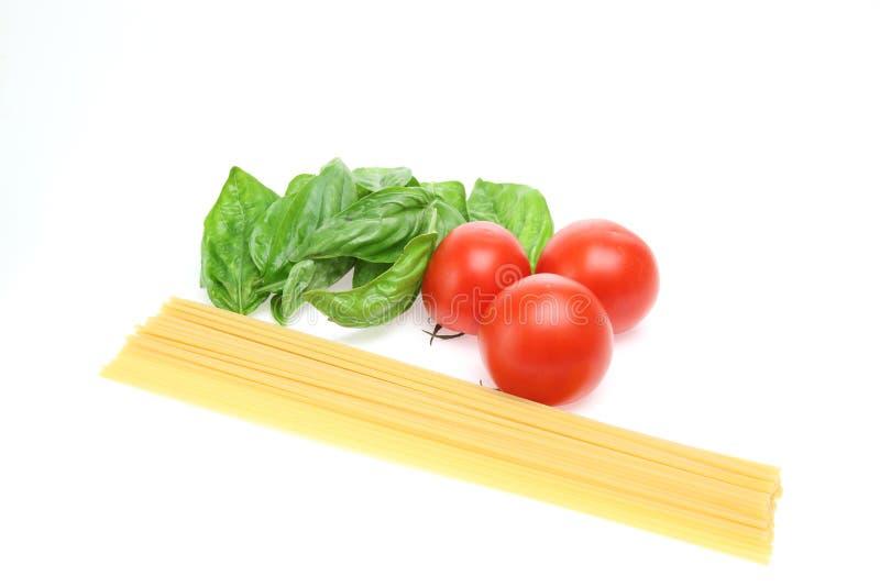Tomate et basilic à un arrière-plan blanc photos stock