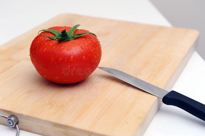Tomate et couteau images stock