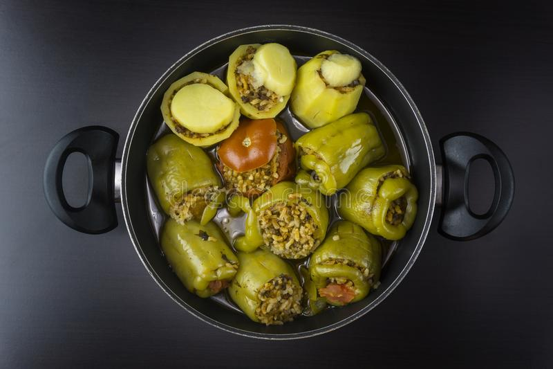 Tomate et patato remplis de paprika avec de la viande et le riz photographie stock libre de droits