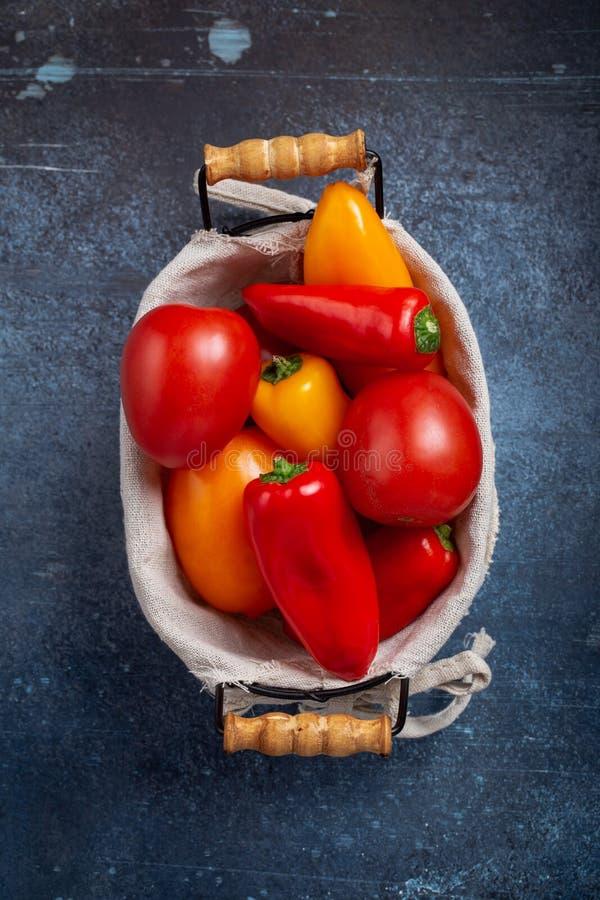 Tomate et poivrons dans le panier images libres de droits