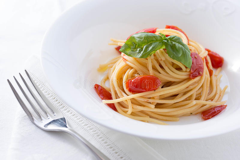 Tomate et spaghetti de basilic photo stock