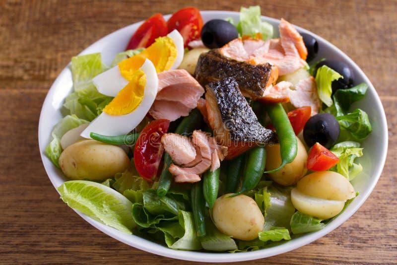 Tomate, feijões verdes, batata nova, azeitonas e salada da alface com salmões Salada Salmon dos peixes Nicoise da salada fotografia de stock
