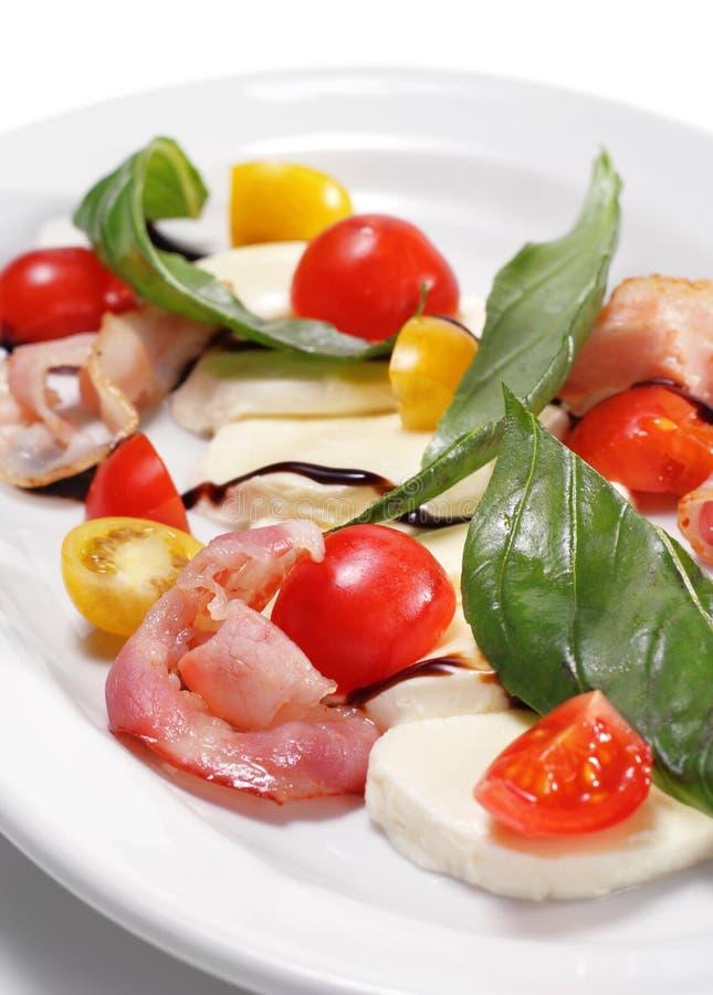 tomate fraîche de salade de cerise de fromage de buffle photographie stock libre de droits