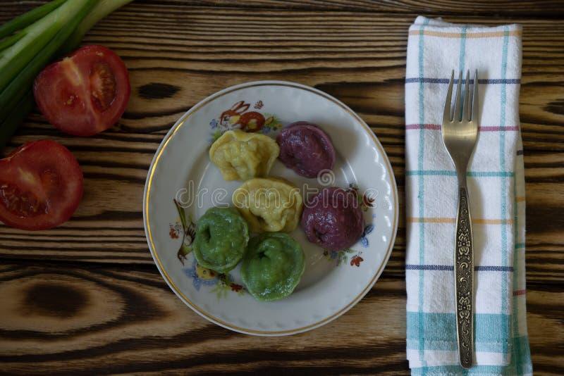 Tomate fresco e bolinhas de massa coloridas fotos de stock