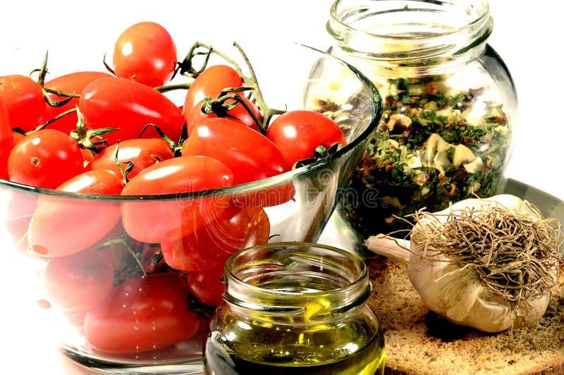 Tomate, fresella, aceite, ajo, orégano imágenes de archivo libres de regalías