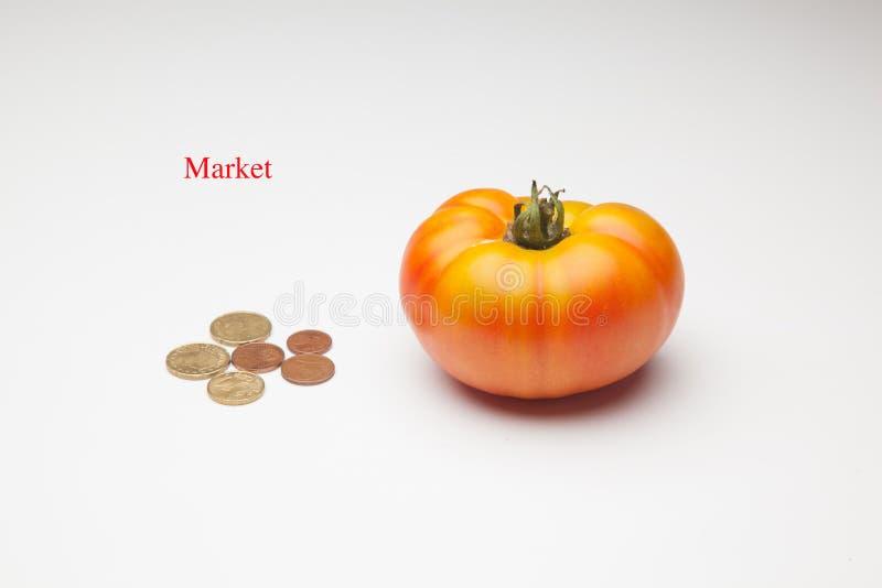 Tomate, Frucht und sein Preis im Markt stockbild