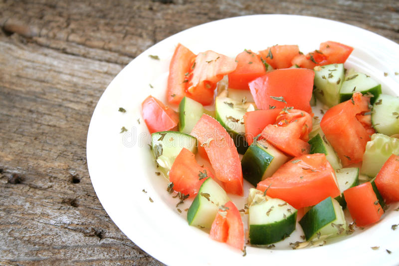 Tomate-Gurke-Salat lizenzfreie stockfotografie