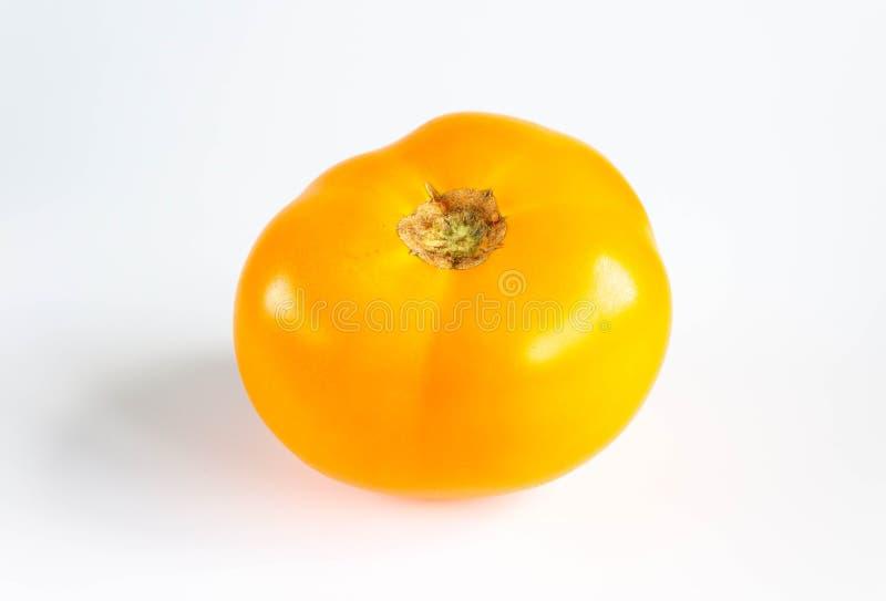Tomate jaune mûre fraîche sur un fond blanc photographie stock libre de droits