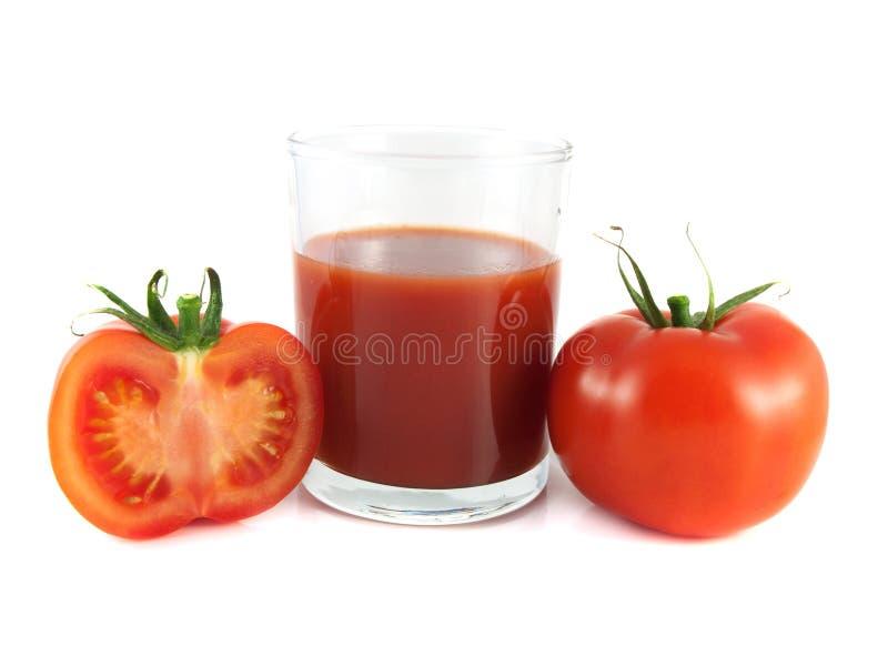 Tomate maduro vermelho, fatia com vidro do suco de tomate fotos de stock