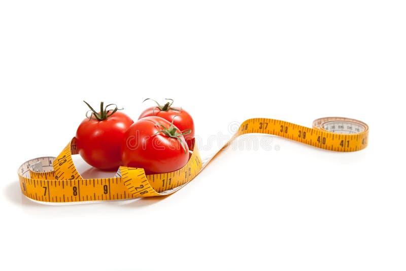 Tomate mit einem Bandmaß stockfoto