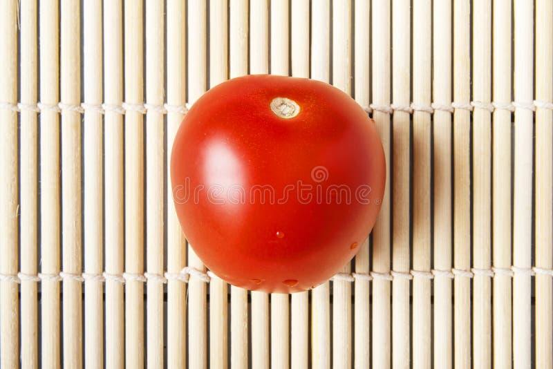Tomate organique mûre rouge sur le plan rapproché en bambou de tapis Légumes naturels pour la nourriture diététique et saine Vue  images libres de droits