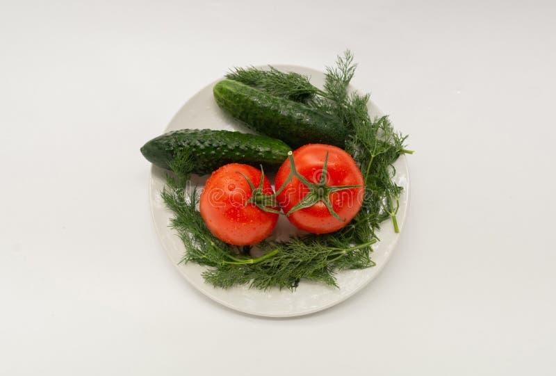 Tomate, pepino, salsa em uma placa branca imagens de stock