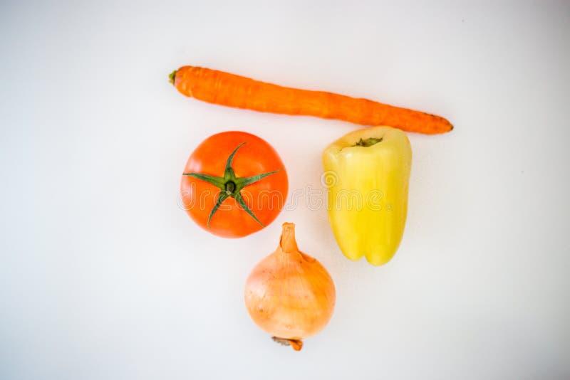 Tomate, pimienta, cebolla, zanahoria en un fondo blanco, lif sano foto de archivo libre de regalías