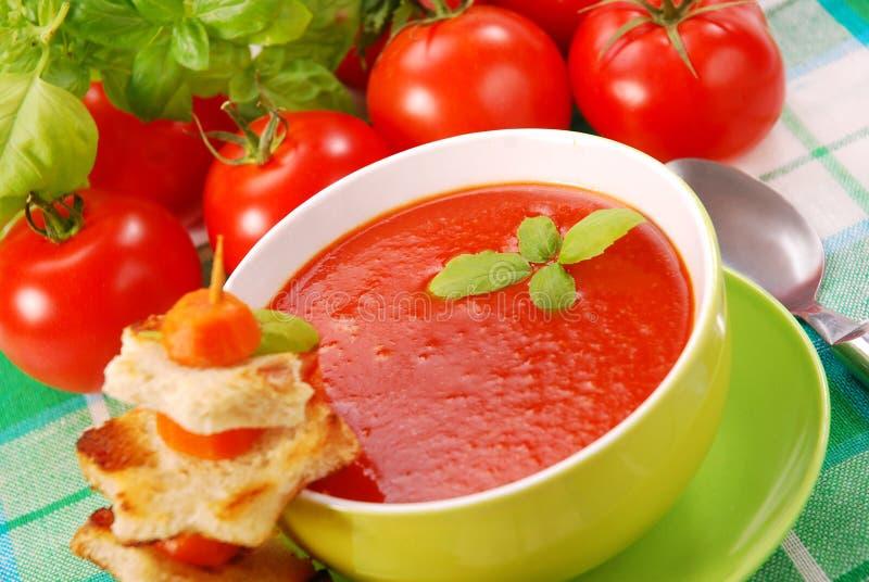 _tomate poner crema sopa con cuscurrón imágenes de archivo libres de regalías