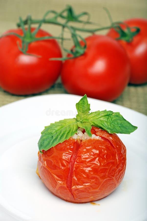 Tomate rôtie avec le basilic frais image stock
