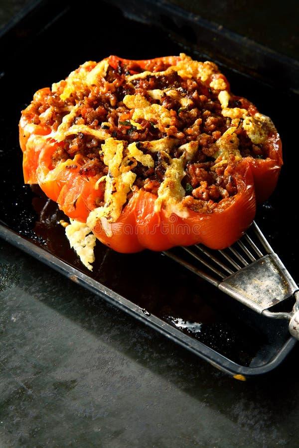 Tomate rôtie par rouge mûr avec le bourrage épicé photographie stock