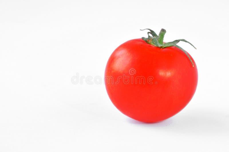 Tomate rojo fresco con la espina dorsal verde imagenes de archivo