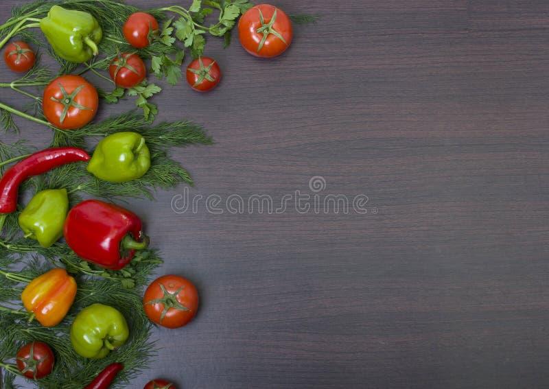 Tomate rojo y pepino verde Pimientas rojas y amarillas con garli fotos de archivo libres de regalías