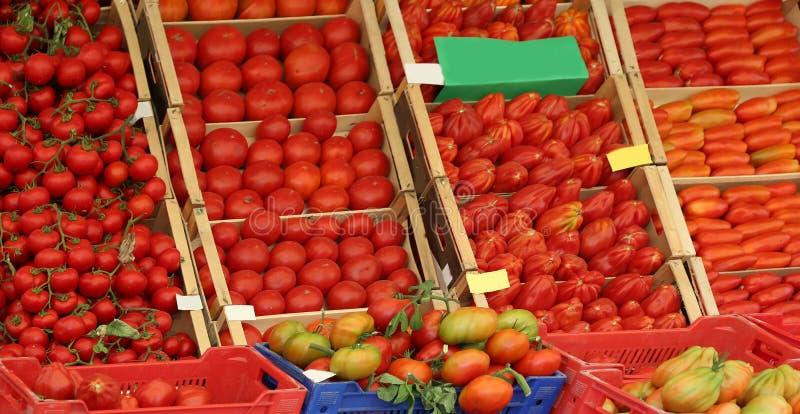 tomate rouge mûre en vente dans l'épicerie dans un méditerranéen images stock