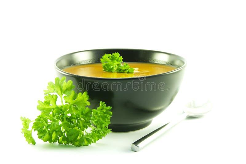 Tomate-Suppe in einer schwarzen Schüssel stockfotos