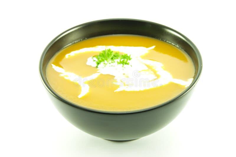 Tomate-Suppe in einer schwarzen Schüssel lizenzfreies stockfoto