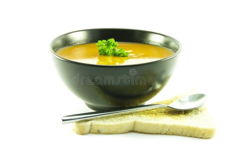 Tomate-Suppe in einer schwarzen Schüssel stockfoto