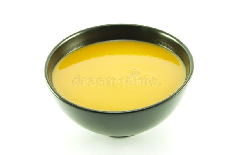 Tomate-Suppe in einer schwarzen Schüssel lizenzfreies stockbild