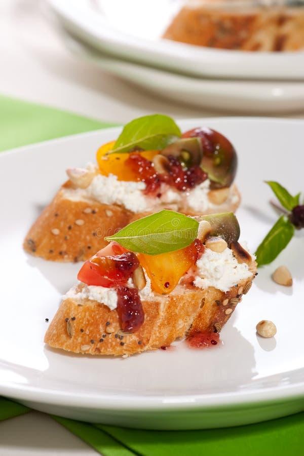 Tomate- und Frischkäse Canapes lizenzfreies stockfoto