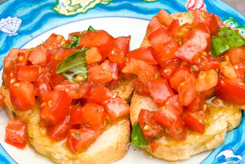 Tomate y albahaca Bruschetta fotos de archivo