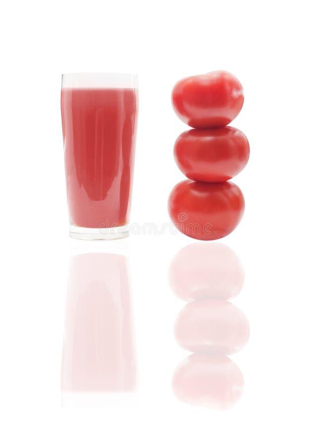 Tomate y jugo de tomate con la reflexión imagen de archivo libre de regalías
